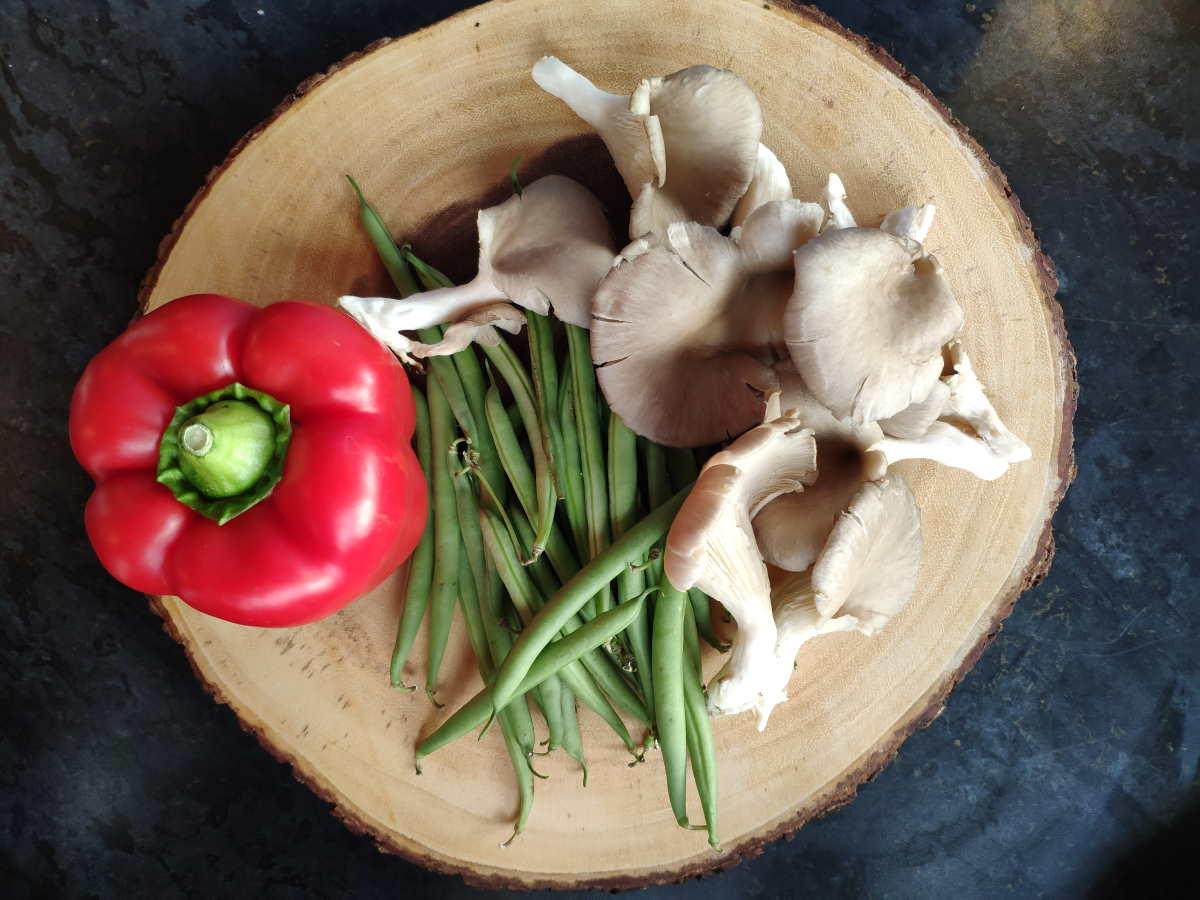 Red pepper, green beans and mushrooms